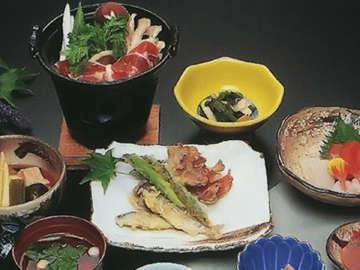 *山菜や川魚など、地元の新鮮な素材を生かした料理が自慢。