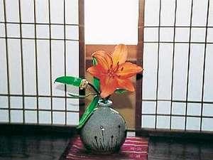 【御成りの間】お部屋にも自社畑の花をいつも心がけております