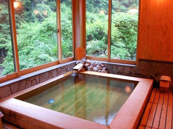 内風呂は檜。いい香りと美人湯ならではの心地よさをおたのしみ下さいませ。