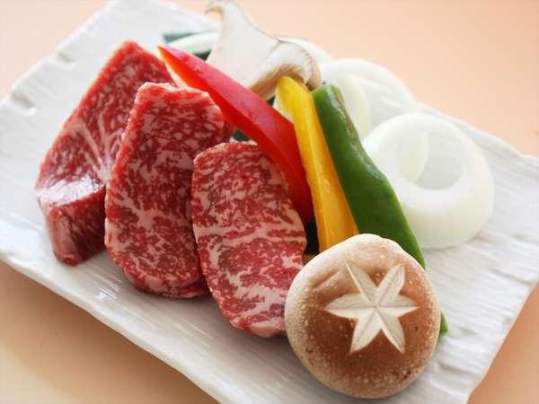道産牛のステーキ。自分で焼いて召し上がっていただきます。お好みの焼き加減でどうぞ