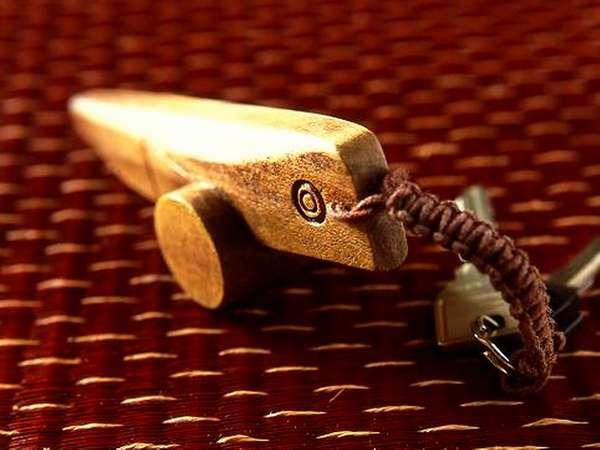 【きじ馬】当館のお部屋の鍵は、地元の工芸品「きじ馬」をかたどっています。