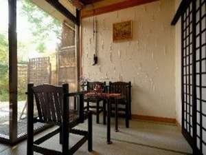 塗り壁と手作り椅子が心和ませるロビー