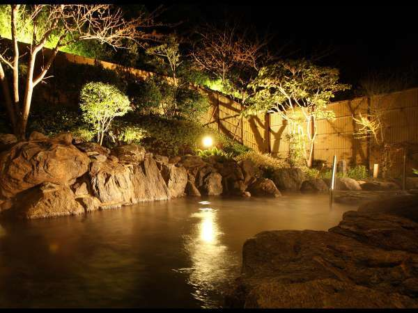 【露天風呂】松原を吹き抜ける心地よい風を感じながら露天風呂に浸かり心も体も軽くなる。