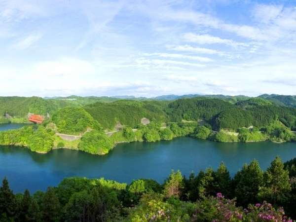 客室・露天風呂・レストランからも一望できる青蓮寺湖の景色
