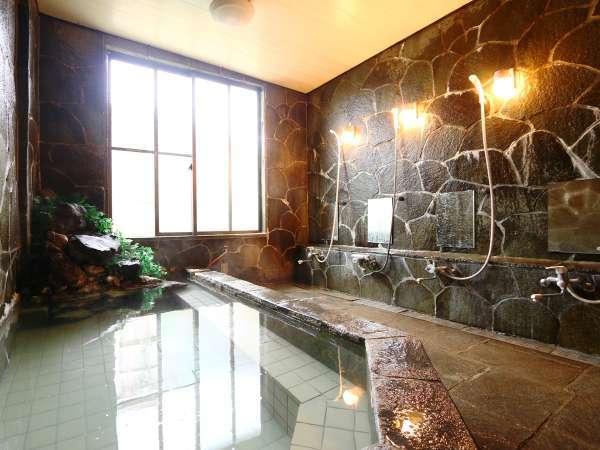 当館自慢の蓼科三室源泉の大浴場です。県内唯一の高温の酸性泉。自慢の天然温泉岩風呂で癒しのひと時を。