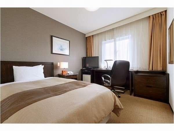 【シングルルーム】お部屋の広さ17平米。ベッド幅120cmのセミダブルサイズベッドを採用。