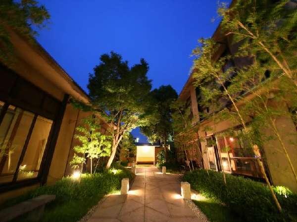 厳かな雰囲気の中庭を望む。