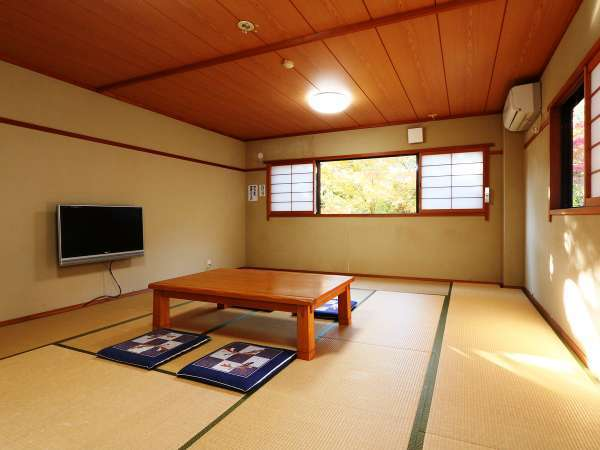 【和室のお部屋】春夏は心地よい自然の風で涼み、秋冬は炬燵をご用意いたします。