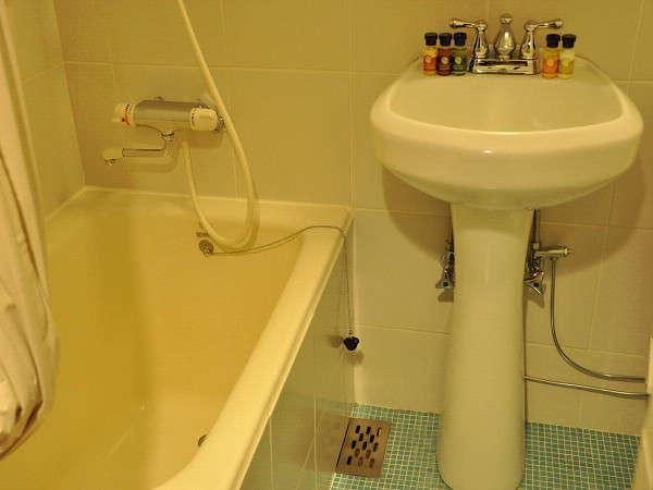 【客室風呂】アメニティはフロントにて販売中。
