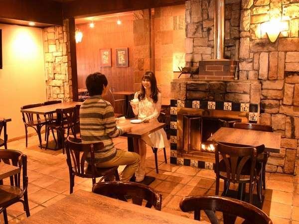 【アーバインカフェ】冬季は暖炉に火が灯ります。