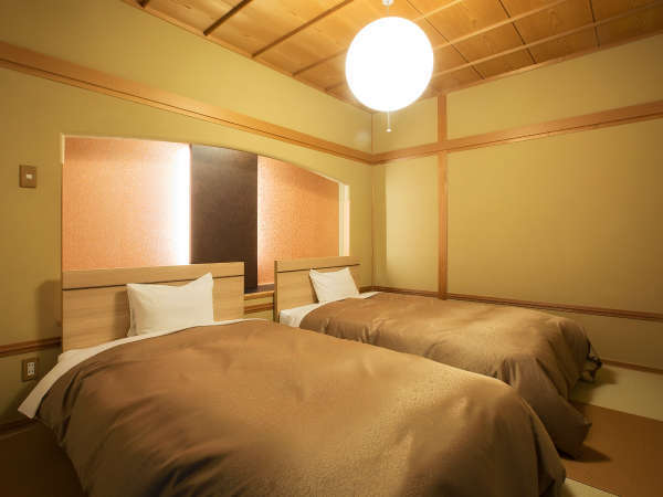 和洋室 10畳以上の和室とシモンズベットのセミダブルを2台ご用意しております。