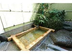 【お部屋の露天風呂】源泉100%掛け流しの温泉。加水することで温度調節も可能。