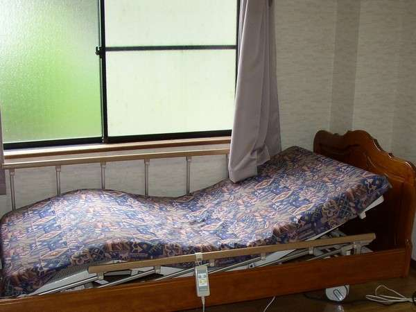 【お部屋】介護用リクライニングベット付のお部屋ございます。