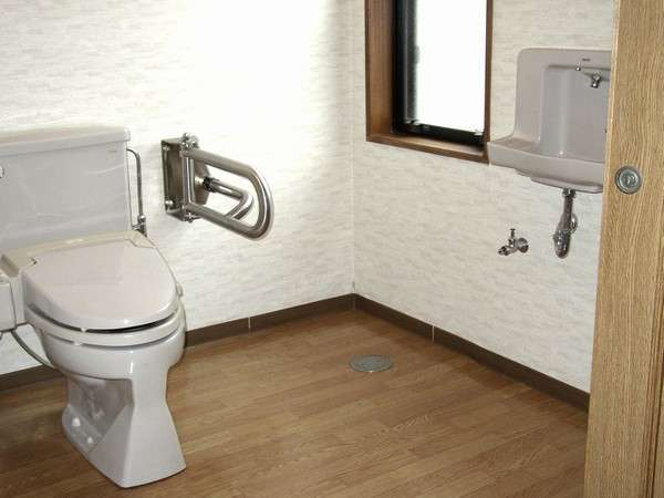 【お部屋】車椅子で入って頂けるスペースのトイレ完備のお部屋ございます。