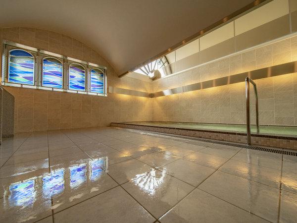 ◆男子浴場 「水の湧き出る泉」をテーマとした男性大浴場は、ブルーを基調としたシンプルでモダン。