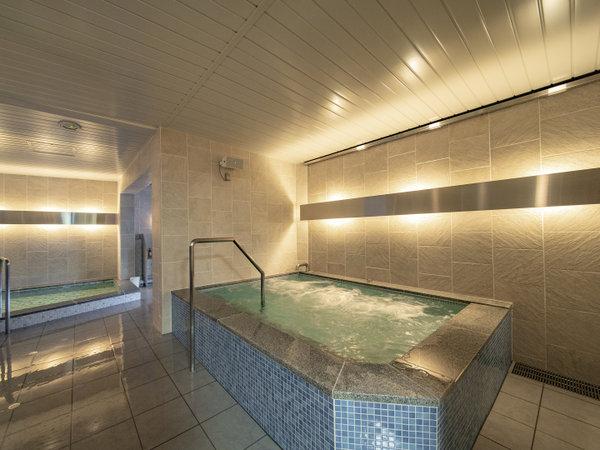 ◆男子浴室のジャグジー。青みがかったライトグレー色の浴槽はジェットバスのバブルが湧き出ます。