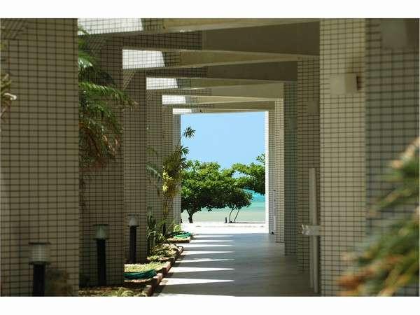 外通路からの眺め。開放的な島ステイを楽しむ。