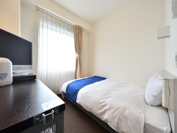 【シングルルーム】11平米のお部屋にセミダブルベッドが1台入っております♪