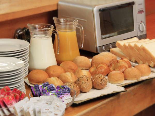 ▼嬉しい新サービス▼毎朝、パンとソフトドリンク(コーヒーなど)を無料提供する軽食コーナーをスタート