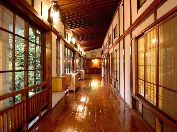 磨き込まれた黒光りの広々とした廊下が永い歴史を語っています。
