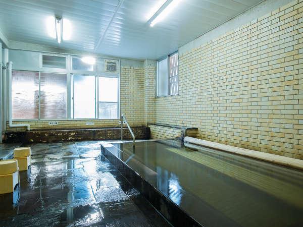 浴槽が80cmの深さのお風呂で、木のベンチに座って楽しめます