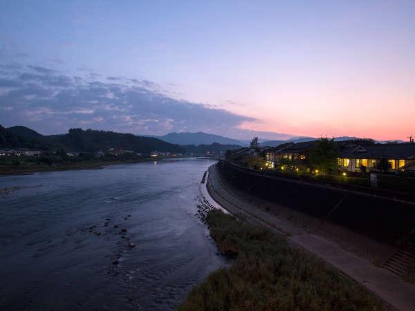 【外観】球磨川沿いに静かに佇む老舗旅館。