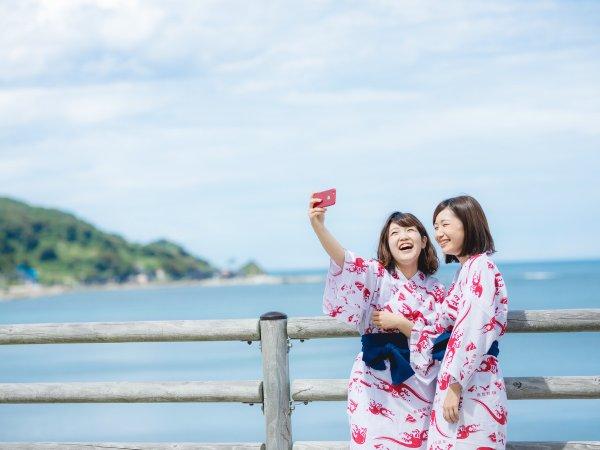 日本海を後ろに旅の思い出を。
