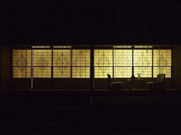 【津軽こぎんの間 離れ悠庵】なかでも宵闇に浮かび上がるこぎん障子は幻想的な美しさです