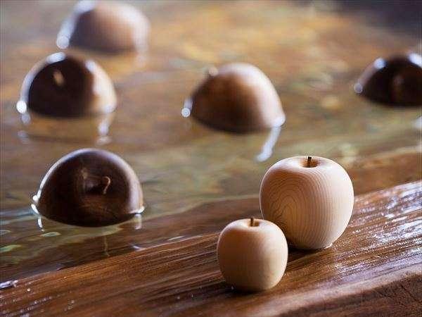 【大浴場】夏は湯殿に青森ヒバでつくった「ヒバりんご」を浮かべます。さわやかな香りでリフレッシュ!