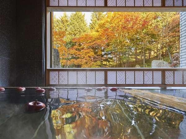 【大浴場】秋は庭の木々が赤や黄色に染まり、錦繍に彩られます