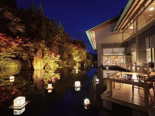 【津軽四季の水庭:秋】紅葉を眺めながら、ライトアップされた幻想的な空間で湯上がりのひとときを。