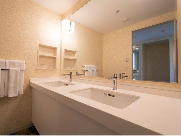 トリプルルーム46平米洗面台はゆったり2つのシンクがございます。