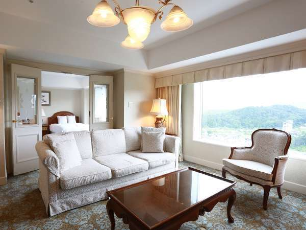 スイートルーム 70㎡ 最上階の窓から見える北アルプスの大パノラマをお楽しみください。