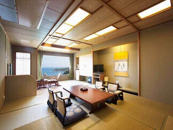 お部屋の窓からは海を眺める落ち着いた雰囲気の和洋特別室