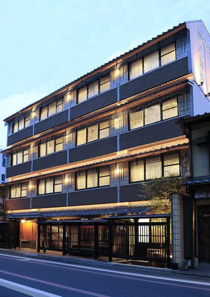 京都駅より地下鉄で2駅。最寄駅の四条駅13番出口から徒歩5分。錦市場へは徒歩2分の好立地!