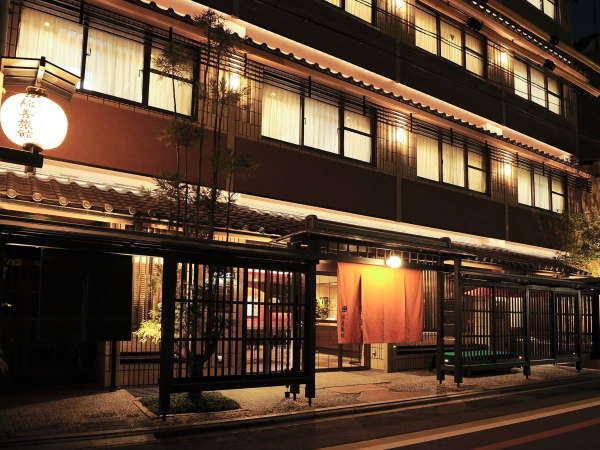 外観 夜 京都駅より地下鉄で2駅。最寄駅の四条駅13番出口から徒歩5分。錦市場へは徒歩2分の好立地!