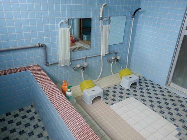 男性用お風呂。最大6名様までご利用頂けるホテル仕様よりかなり広めの共同風呂です。広々とご利用下さい。