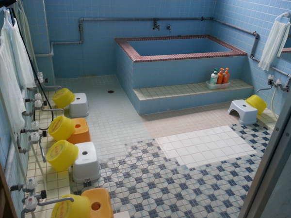 男性用お風呂。明るく清潔なお掃除の行き届いたお風呂です。一日の疲れをゆっくり癒して下さい。
