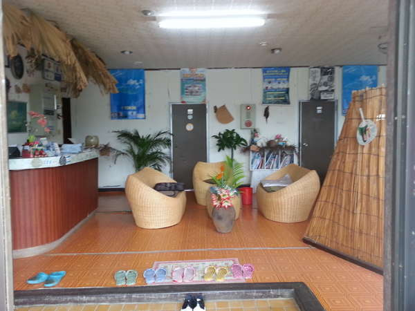 民宿明星荘のフロントロビー。入口から一歩中に入るとアジアンチックな南の島らしい受け付けが。