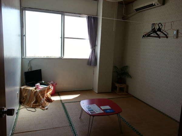 明るい陽射しの差し込む南西側に面したお部屋。窓を開けると涼しい風が入ってきます。