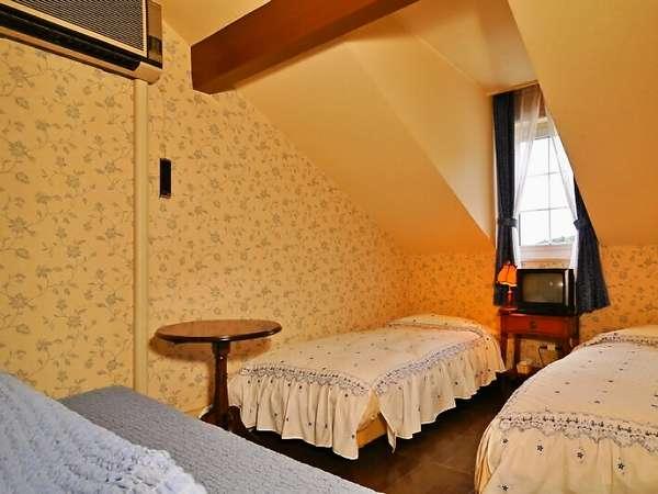 【Twinroom】ツインルーム 屋根裏部屋風♪>ベッド、ソファ、TVとシンプルなお部屋です。