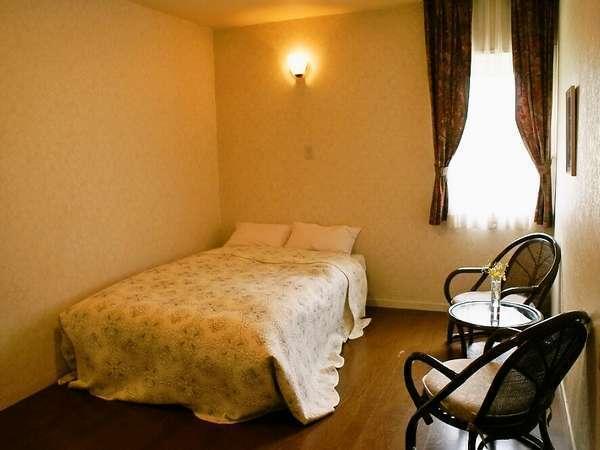 【Doubleroom】スッキリとシンプルなダブルベッドのお部屋です。大きめの窓を配した明るい客室です。
