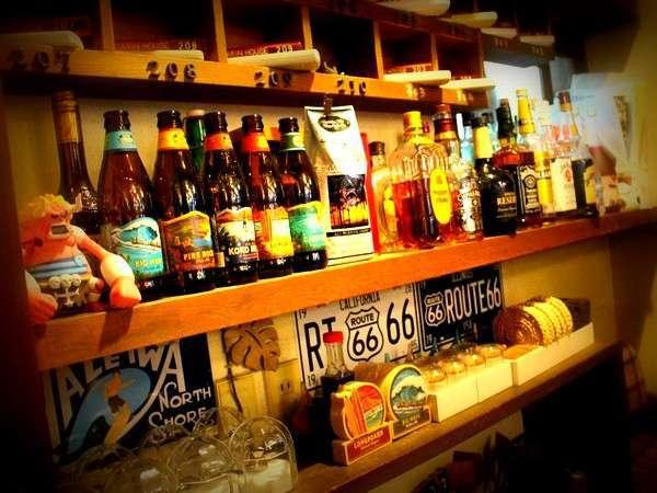 館内スナップ写真。バーカウンター。ハワイアンエールビールなど各種アルコール類。