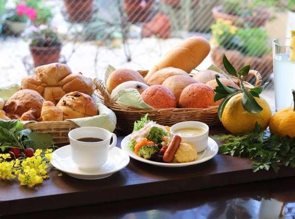 人気の朝食焼き立てパンとお料理プレート(例)