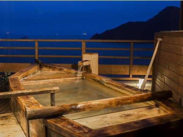 鞆の浦を一望できる、大浴場・絶景の【殿方露天風呂】夜景や星空と共に、瀬戸内海のさざ波に耳を傾けて。