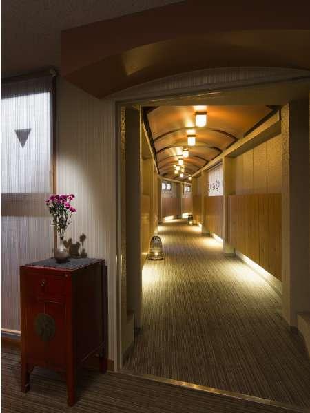 別館への渡り廊下。本館3階から、こちらの館内通路にて移動を頂きます。