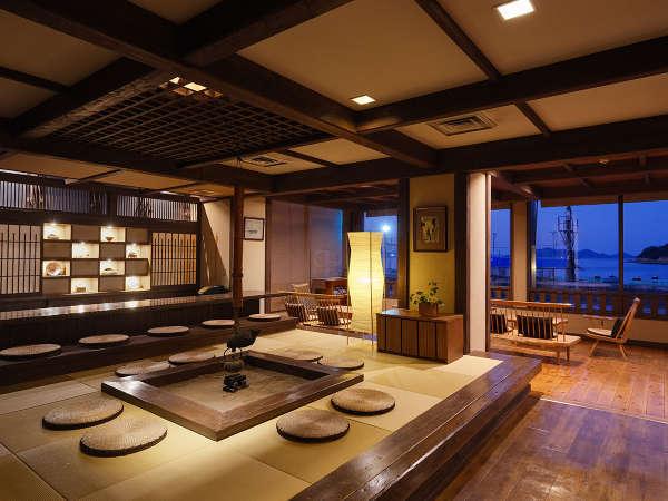 囲炉裏と畳が心地よいロビーは、時間ごとに彩りを変える海の景色も魅力です。
