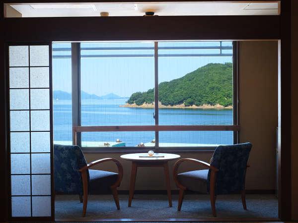 【本館‐和室】目の前に青々と広がる穏やかな景色。心が洗われる特別な時間です。