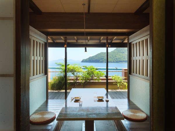 海を眺め、贅沢なお食事時間を過ごせる「個室食事処」