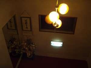 1F~2F階段おどり場:あたたかい斜光で包まれる感じです。